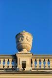 Clôturez les terrasses sur le toit avec un vase moulé décoratif photos libres de droits