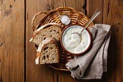 Clabbersauermilch und braunes Roggenbrot Stockfotos