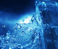Éclaboussement de l'eau bleue Photographie stock