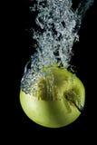 Éclaboussement de la pomme d'or. Photographie stock libre de droits
