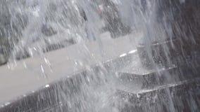 ?claboussement des baisses de l'eau clips vidéos