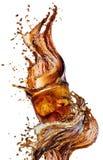 Éclaboussez des glaçons dans un verre de kola, d'isolement sur le fond blanc Images stock