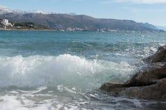 Éclaboussure de vague venant sur le bord de la mer Photo stock