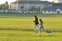 Claddagh Galway, Irland juni 2017, modern, dotter och gör Arkivbilder