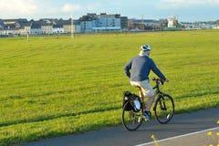 Claddagh Galway, Irland Juni 2017, South Park, man som rider hans bi Arkivbild