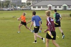 Claddagh, Galway, Irlanda junio de 2017, amigos que juegan a rugbi del tacto Imagenes de archivo