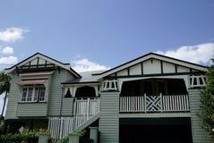 Cladded тимберсом дом стиля семьи Стоковые Фото