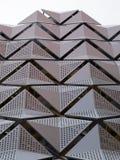 Cladding på den geometriska moderna stålbyggnadsdetaljen Royaltyfri Bild