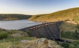 Claerwen水库和水坝,在活力谷,中间威尔士 库存照片