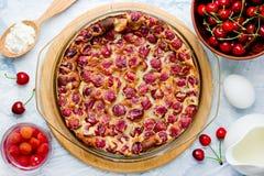 Clafouti вишни - традиционные французские сладостные clafoutis десерта плодоовощ Стоковое фото RF
