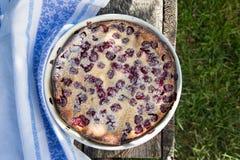 Clafoutis вишни Домодельный пирог вишни на деревенской предпосылке Стоковое Фото
