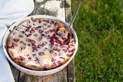 Clafoutis вишни Домодельный пирог вишни на деревенской предпосылке Стоковое фото RF