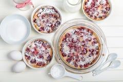 Clafoutis da cereja - bolo francês do leite fotos de stock royalty free