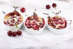 Clafoutis de cerise - dessert doux français traditionnel de fruit photographie stock libre de droits