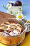 clafoutisplommonpudding arkivbild