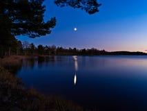 Clair de lune au-dessus d'un lac en Suède photo libre de droits