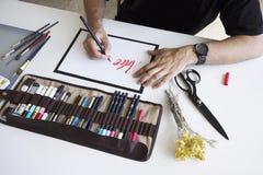 Clallighraphy-Meister schreibt Text Stockfotografie