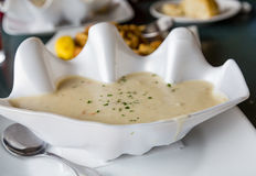 Clam Chowder in Decoratieve Kom royalty-vrije stock fotografie