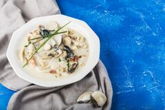 Free Clam Chowder In A White Plate. The Main Ingredients Are Shellfish, Broth, Butter, Potatoes And Onions Royalty Free Stock Images - 171385319