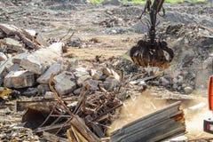 Clamshell chwyt dla czyści budowa śmieci i niszczyć struktur obraz stock