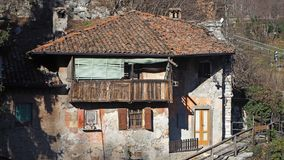 Clanezzo, Bérgamo, Italia El edificio viejo usado en los últimos siglos como las aduanas del puerto en el río de Brembo Foto de archivo libre de regalías