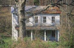 Clapboard opustoszały dwupiętrowy dom Zdjęcie Stock