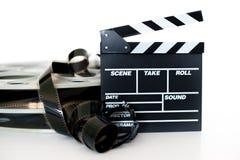 Clapet et vintage de film bobine de cinéma de film de 35 millimètres sur le blanc Photographie stock
