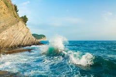 Clapotis de mer Vagues se cassant sur les roches Photo stock