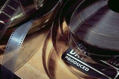 Clapper κινηματογράφων και εξέλικτρο ταινιών σε ένα υπόβαθρο στοκ εικόνα
