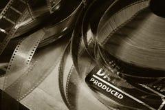Clapper κινηματογράφων και παλαιό εξέλικτρο ταινιών σε ένα ξύλινο υπόβαθρο στοκ φωτογραφία με δικαίωμα ελεύθερης χρήσης