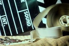 Clapper κινηματογράφων και τηλεοπτικών ταινιών αρνητικός κινηματογράφος σε ένα τραχύ ύφασμα Στοκ Φωτογραφία