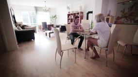 Clapper deska klascze dokąd śliczny facet siedzi przy stołem z blondynki kobietą w świetle dziennym zbiory