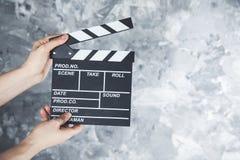 Clapper för kvinnahandfilm arkivbilder