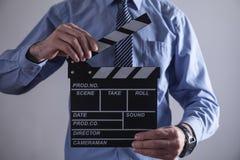 Clapper för maninnehavfilm framställning av film arkivbild