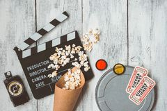 Clapperboard、电影箱子、玉米花袋子和电影票 免版税库存图片
