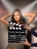 Clapperboard由女性手的标志举行 库存照片