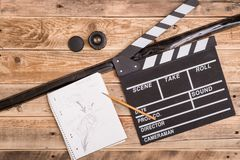 Clapperboard,在木头的故事画板 免版税库存照片