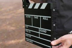 Clapperboard στο άτομο χεριών Στοκ Φωτογραφία