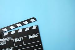 Clapperboard auf Farbhintergrund, Draufsicht Kinoproduktion lizenzfreies stockfoto