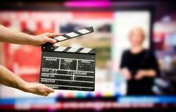 Clapperboard auf Nachrichtenhintergrund stockfotografie