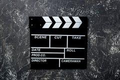 Clapperboard de la película en copyspace de piedra gris de la opinión superior del fondo de la tabla Imagen de archivo