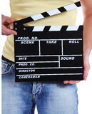 Clapperboard della holding dell'operatore della macchina fotografica Fotografie Stock