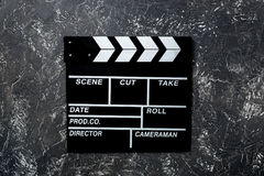 Clapperboard do filme no copyspace de pedra cinzento da opinião superior do fundo da tabela Imagem de Stock