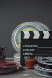 Clapperboard en ask av filmen och linsen royaltyfria bilder