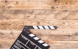 Clapperboard en el fondo de madera imágenes de archivo libres de regalías