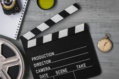 Clapperboard en rulle av filmen och klockan royaltyfria bilder