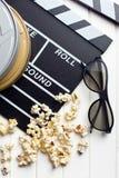 Clapperboard met 3d glazen en popcorn Stock Foto's