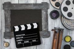 Clapperboard, spoelen van film en een driepoot Royalty-vrije Stock Foto's