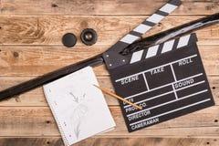Clapperboard, Storyboard auf Holz lizenzfreie stockfotos