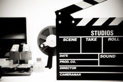 Clapperbräde med tappningfilm som redigerar skrivbordet i svart och wh Royaltyfria Foton